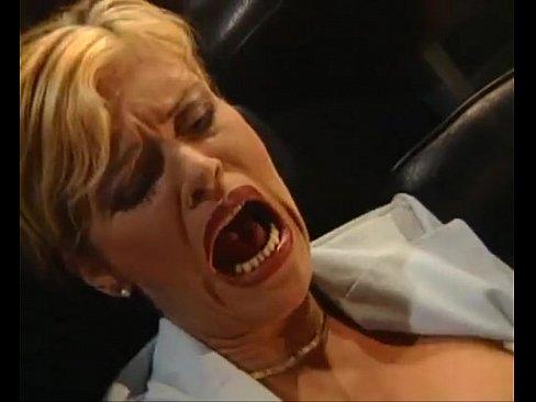 Блондинка с короткой стрижкой актриса винтажного порно